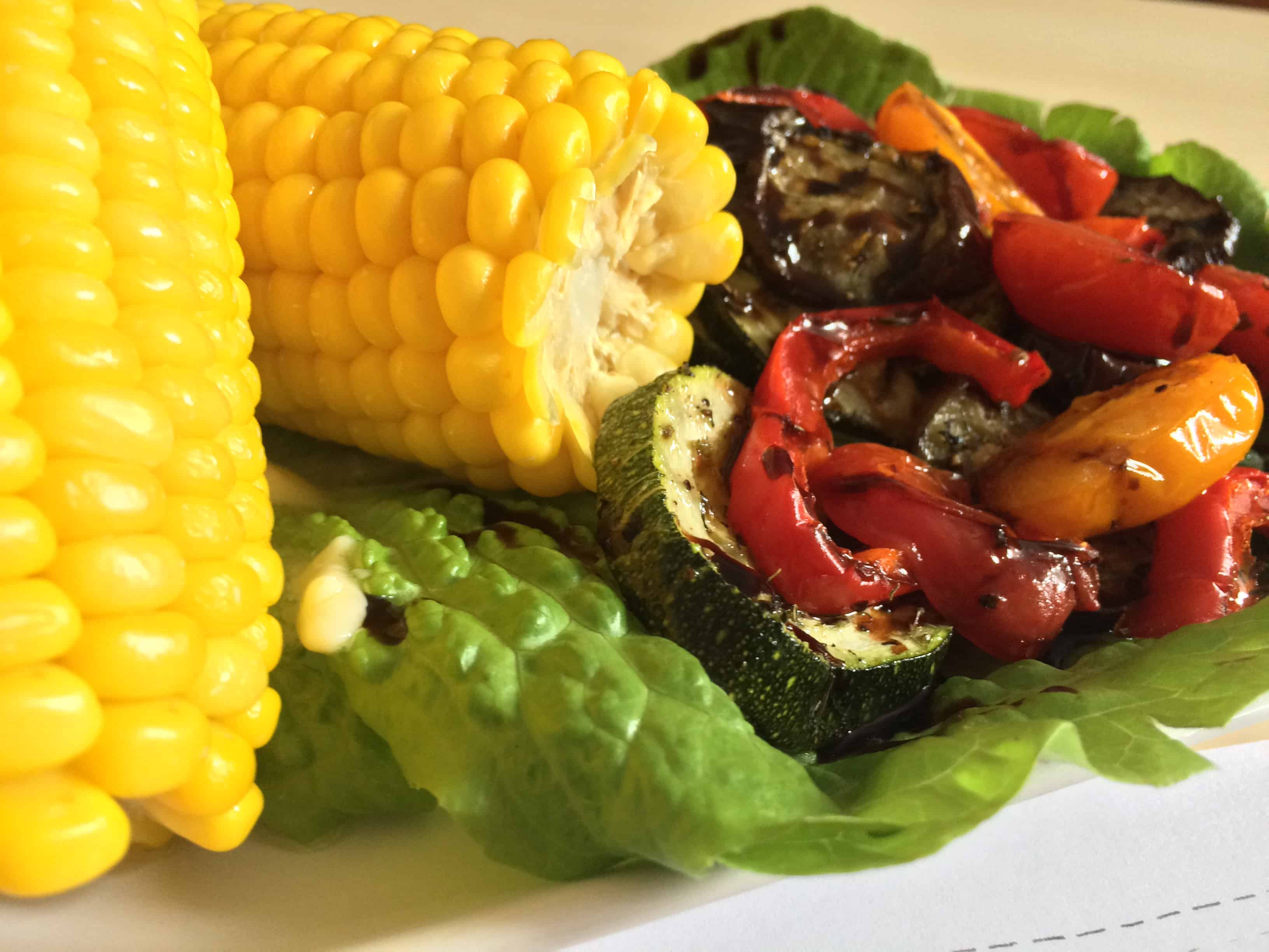 kukurydza z warzywami zbliżenie