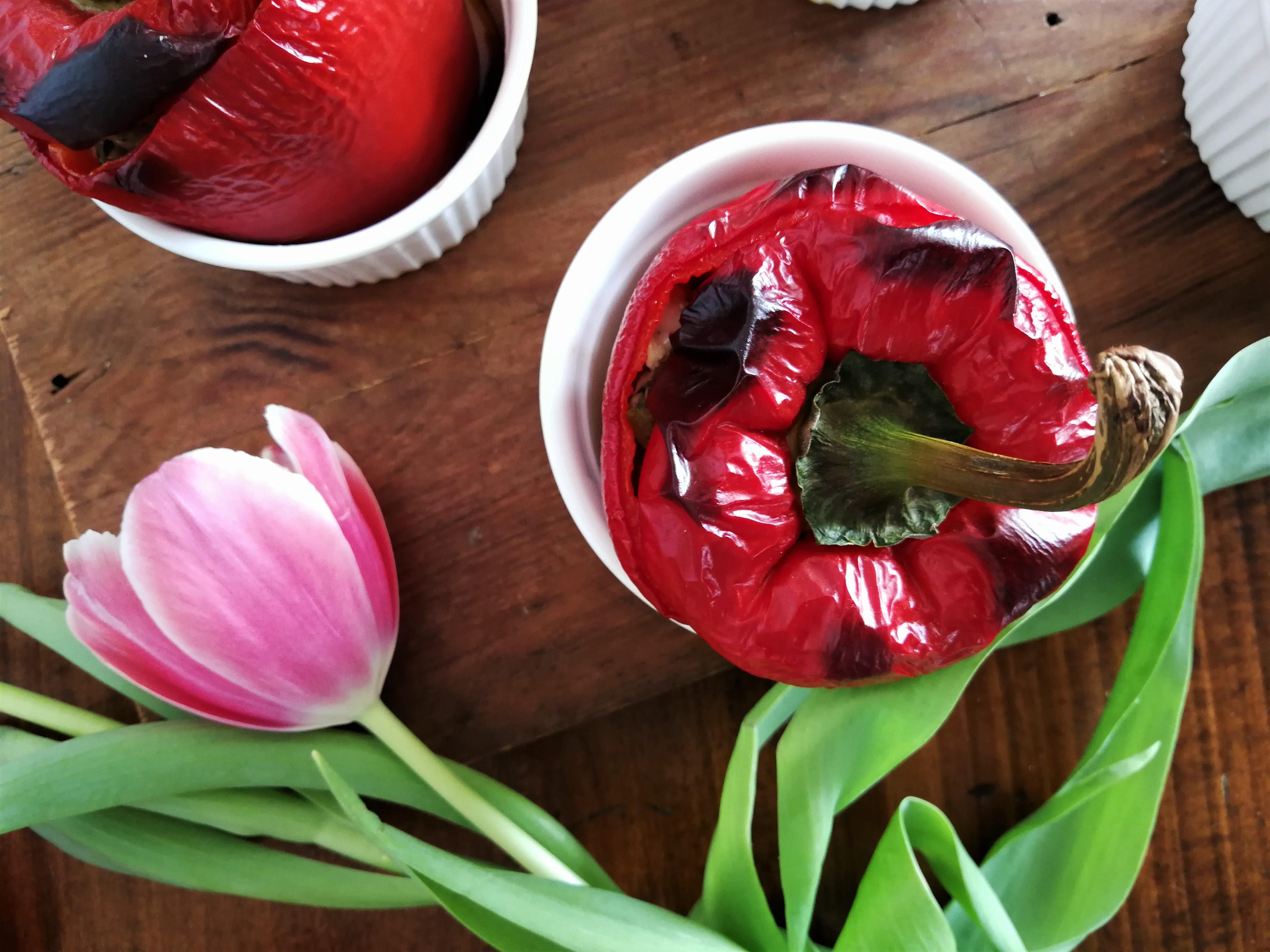 Czerwone papryki faszerowane cukinią i tuńczykiem