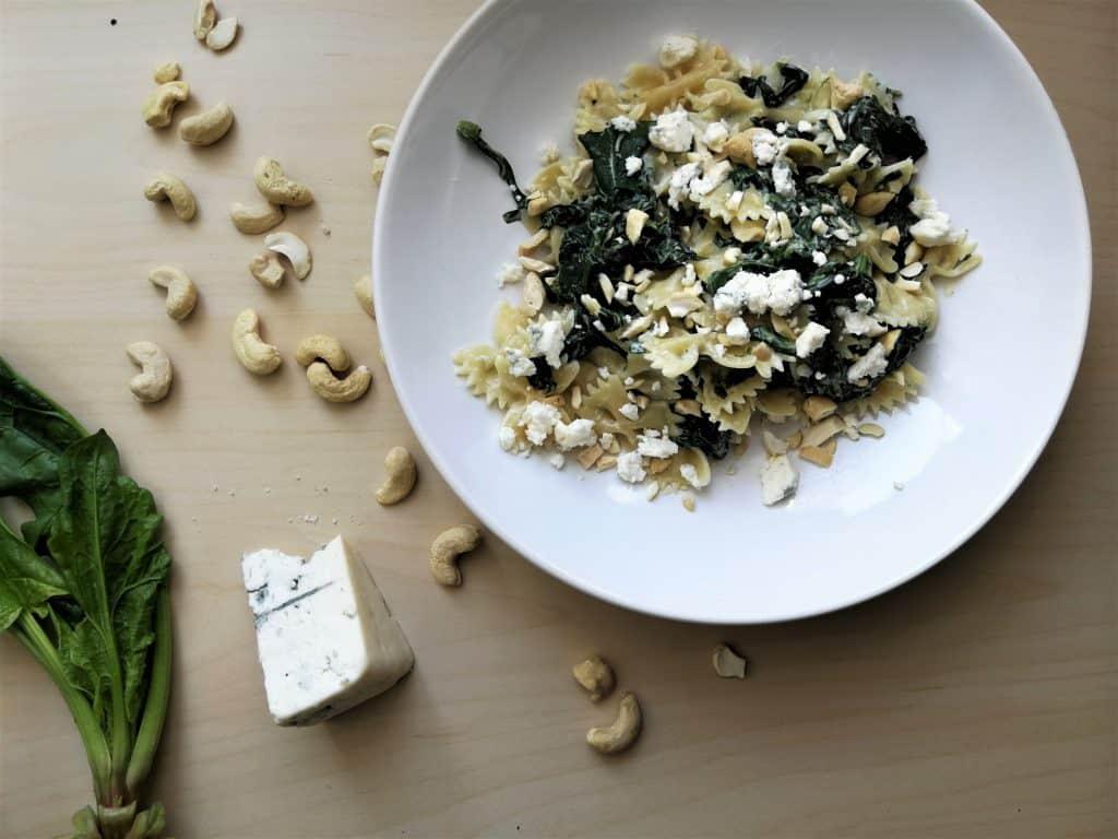 Farfalle ze szpinakiem, serem gorgonzola i orzechami nerkowca