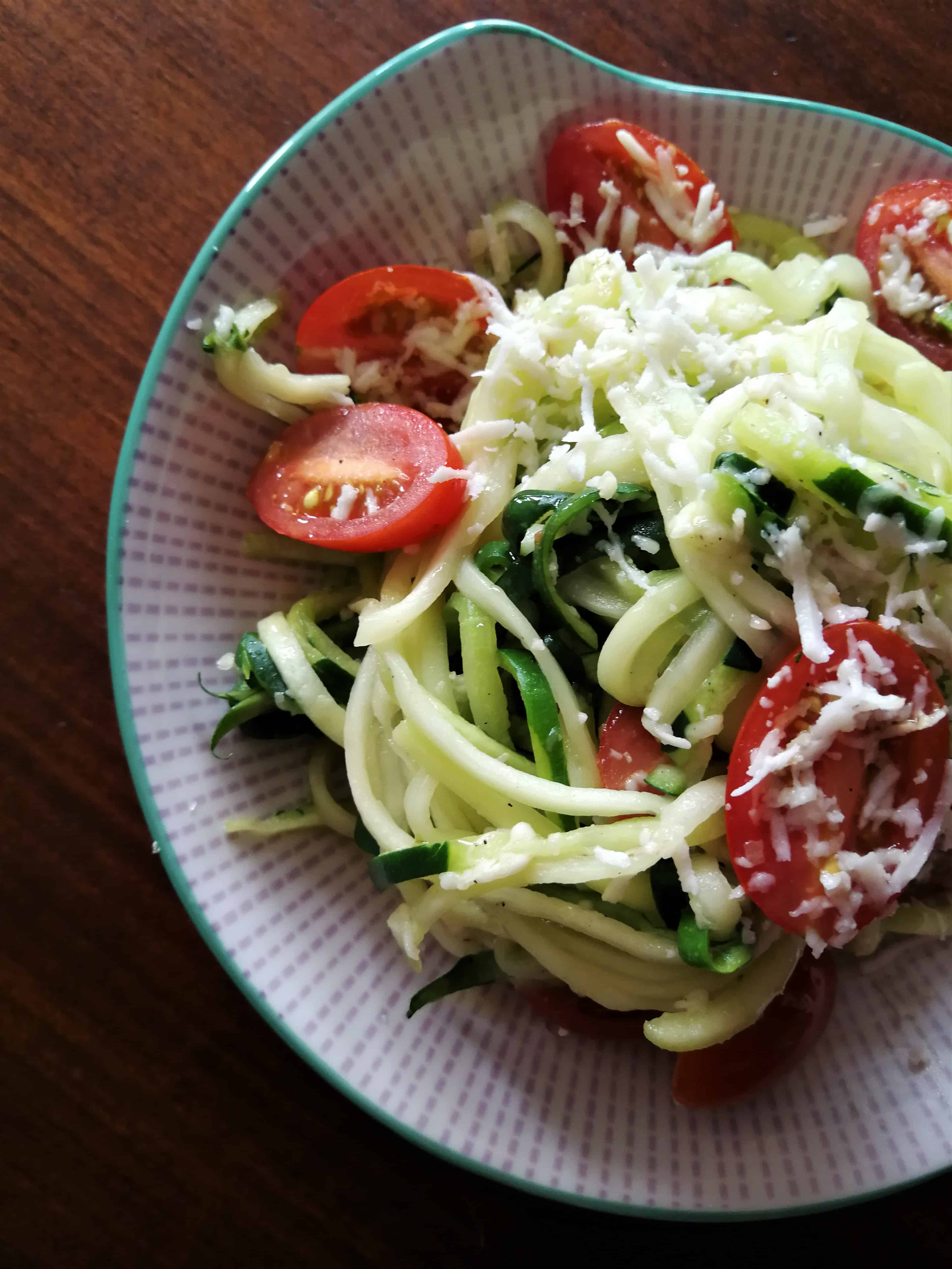 Warzywne spaghetti z cukinii z pomidorkami cherry i podwędzanym serem