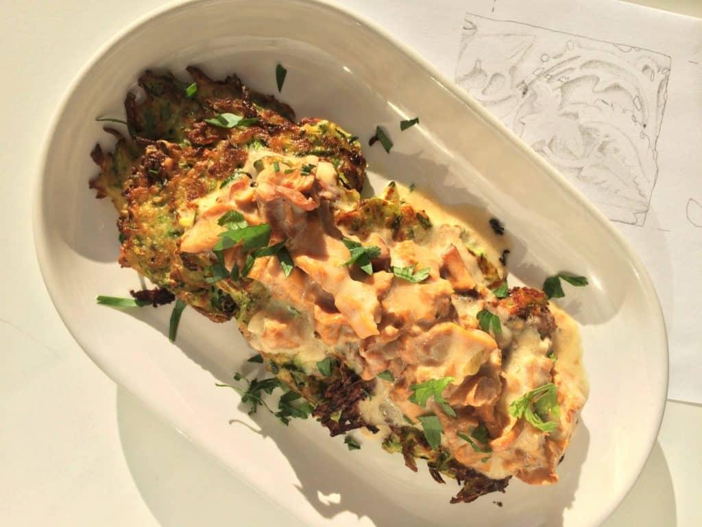 Placki z cukinii z sosem kurkowym | Zucchini hash browns with chanterelles sauce