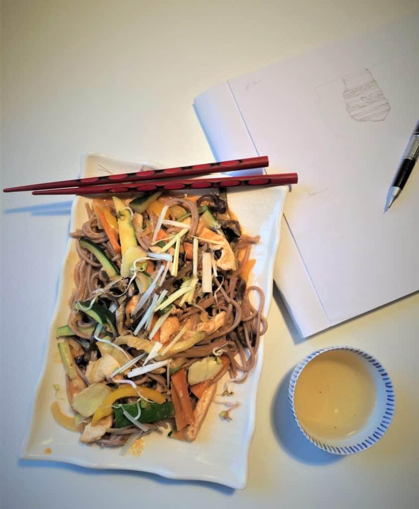 Odrobina Azji. Makaron gryczany z warzywami i mięsem