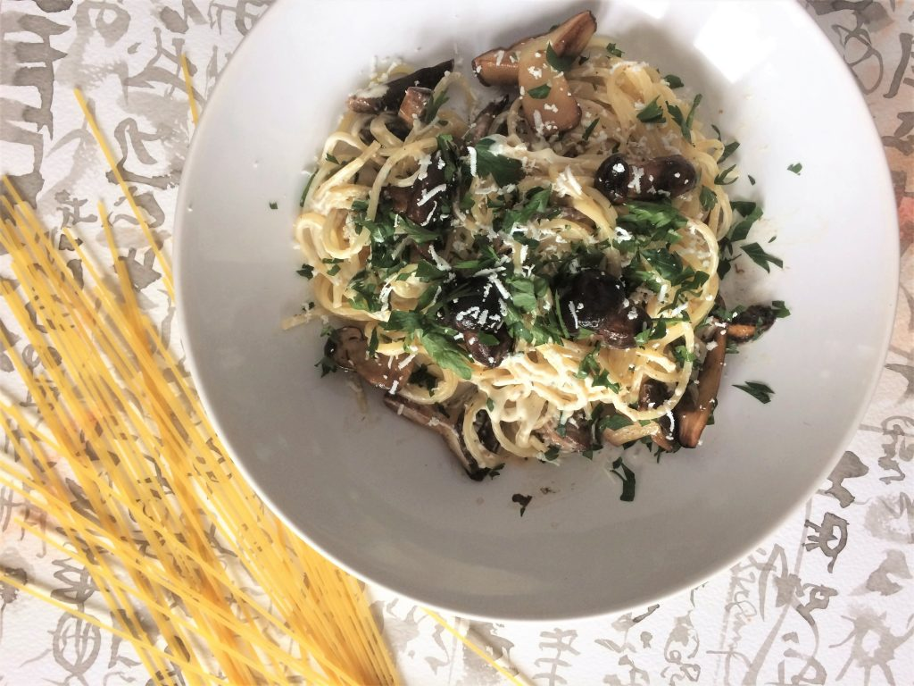 Spaghetti z leśnymi grzybami i owczym serem