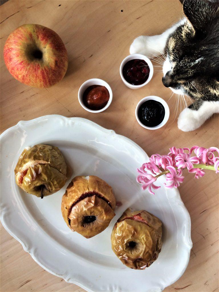 Pieczone jabłka z dżemem z borówki brusznicy, musem z czarnego bzu i dzikiej róży