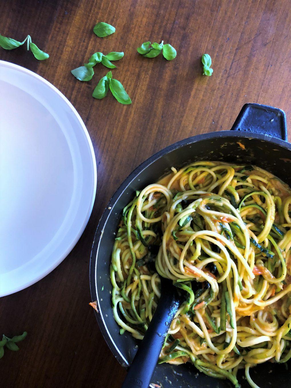 Spaghetti z cukinii w sosie koktajlowym